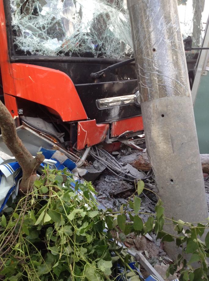 Đầu xe khách bị bể nát vì bứng trụ điện