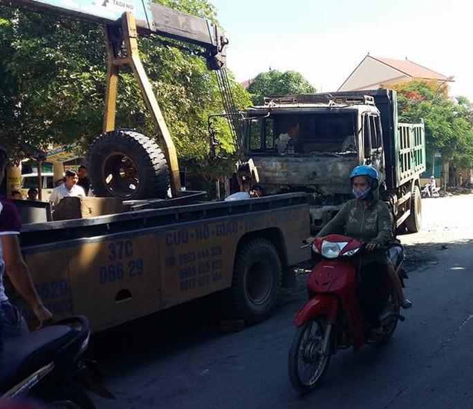Xe lực lượng cứu hộ giao thông đưa xe tải cháy khỏi hiện trường