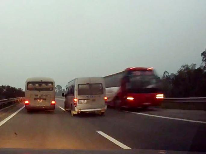 Chiếc xe khách 45 chỗ màu đỏ ngang nhiên chạy ngược chiều trên cao tốc Nội Bài - Lào Cai (ảnh cắt từ clip)