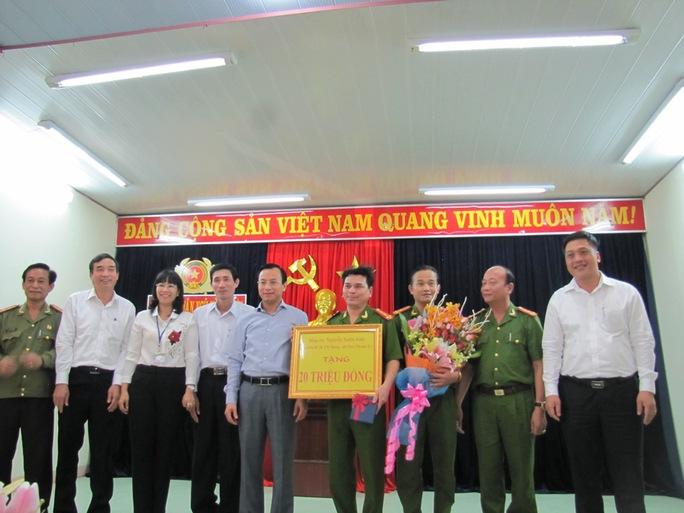 Bí thư Nguyễn Xuân Anh (thứ năm từ trái qua) khen ngợi, biểu dương ban chuyên án