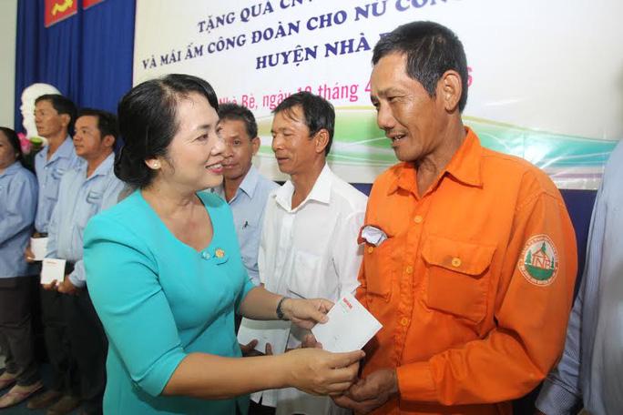 Bà Trần Kim Yến, Chủ tịch LĐLĐ TP HCM, trao quà cho công nhân có hoàn cảnh khó khăn tại huyện Nhà Bè Ảnh: HOÀNG TRIỀU