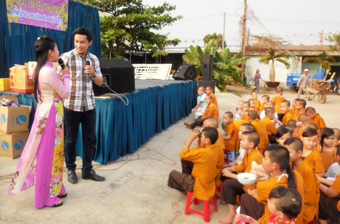 CLB Sân khấu Lạc Long Quân biểu diễn tại Chùa Từ Hạnh - phục vụ văn nghệ và trao quà cho trẻ em mồ côi