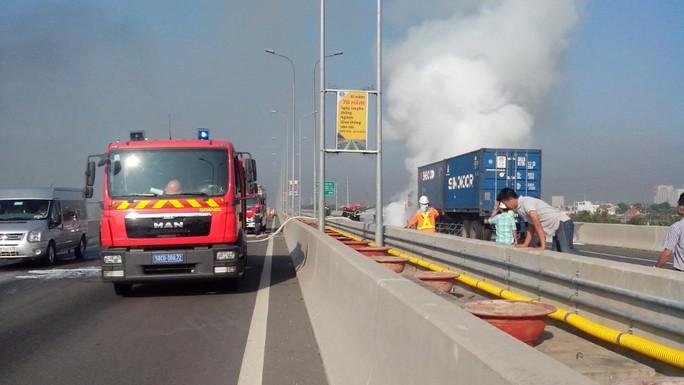 Chiếc xe bốc khói lửa mù mịt ở phần đầu