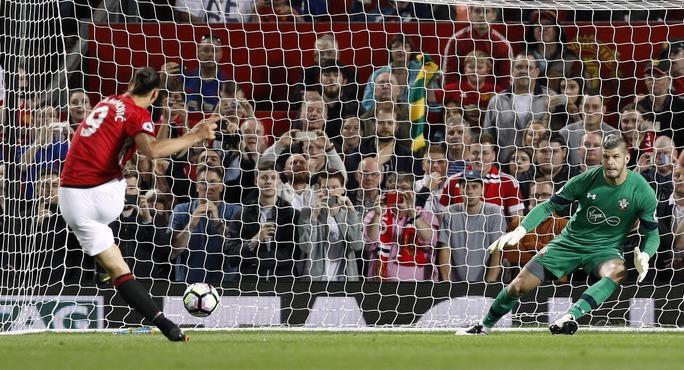 Mọi chuyện an bài sớm với Southampton đầu hiệp 2 khi Ibra nhân đôi cách biệt cho M.U trên chấm 11 mét