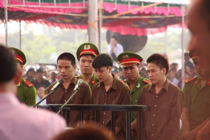 Phiên tòa sơ thẩm ngày 17-12-2015 do TAND tỉnh Bình Phước thụ lý đã tuyên Dương và Tiến án tử, Thoại 16 năm tù giam
