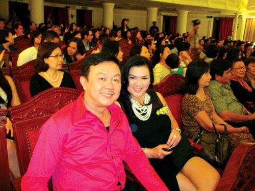 Nghệ sĩ Chí Tài cùng vợ vừa từ Mỹ về Việt Nam xem chương trình trao Giải Mai Vàng (Ảnh: Thanh Hiệp)