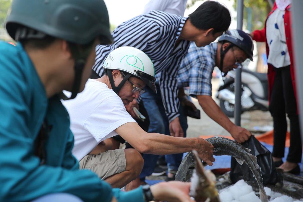 Người dân TP HCM chen nhau mua cá tầm bị ngộp nước - Ảnh 4.