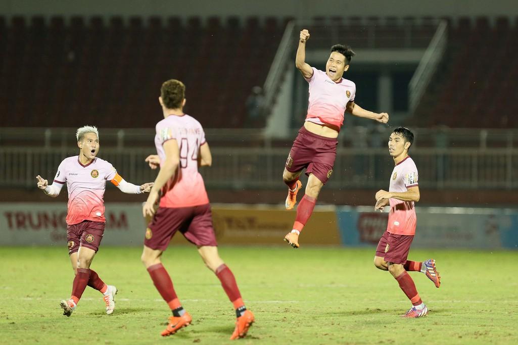 Cầu thủ Thanh Hoá khóc nức nở sau trận thua Sài Gòn FC - Ảnh 3.
