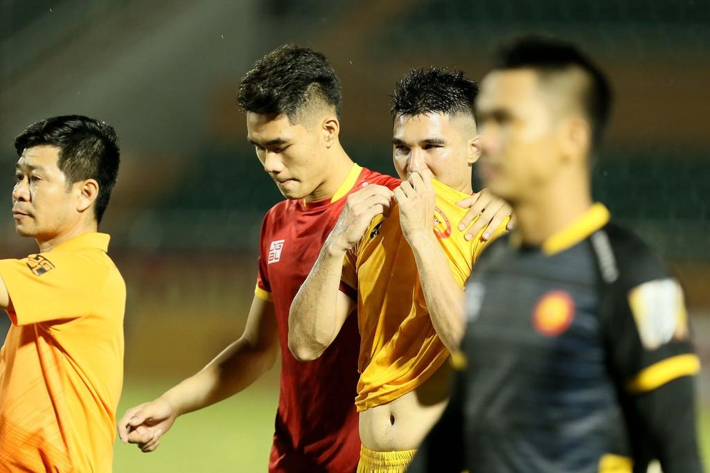 Cầu thủ Thanh Hoá khóc nức nở sau trận thua Sài Gòn FC - Ảnh 5.