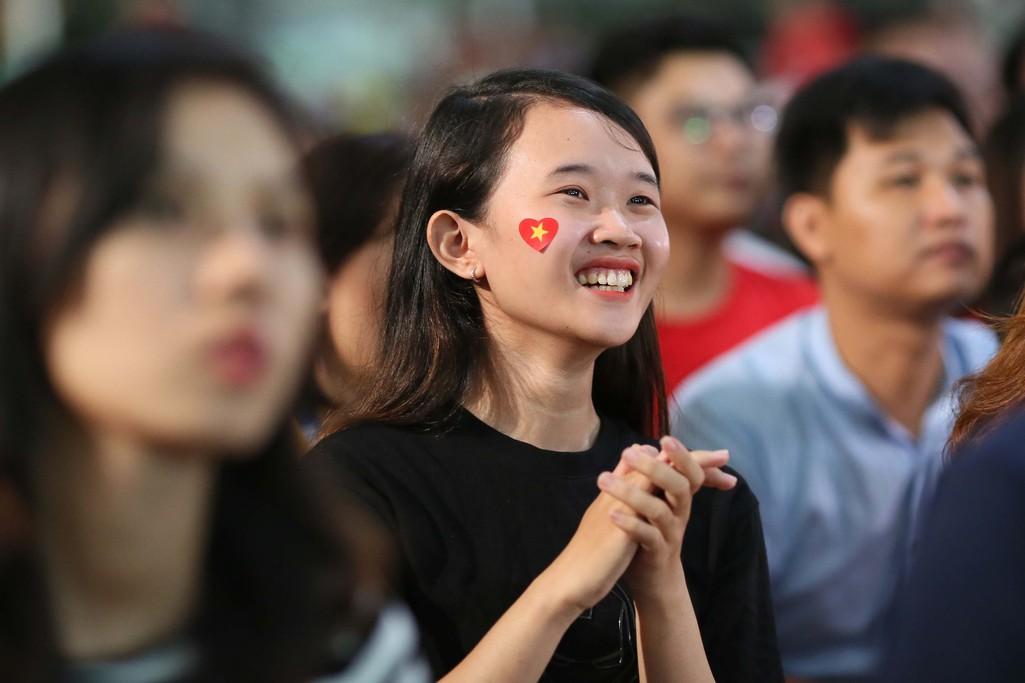 Muôn màu cảm xúc CĐV Việt Nam trong trận hòa Thái Lan - Ảnh 3.