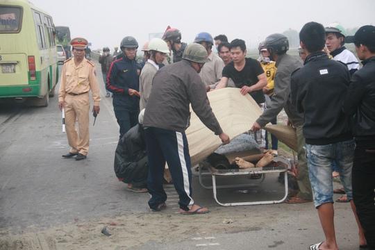 Thi thể nạn nhân được người dân đưa lên lề đường chờ người thân đưa về mai táng