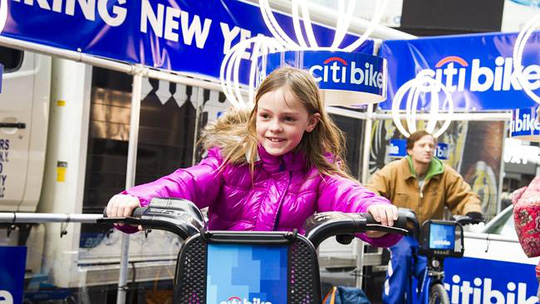 Người dân thành phố New York tham gia đạp xe thắp sáng quả cầu khổng lồ. Ảnh: Courier Mail