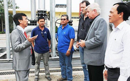 Ông David Dương trao đổi với các chuyên gia Mỹ và kỹ sư Việt Nam về việc chuẩn bị những công đoạn cuối cùng để sớm đưa  nhà máy phát điện đi vào hoạt động