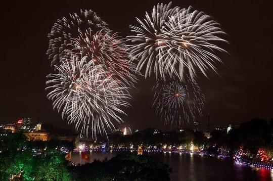 Bắc pháo hoa ở hồ Hoàn Kiếm (Hà Nội) trong dịp Tết nguyên đán 2013