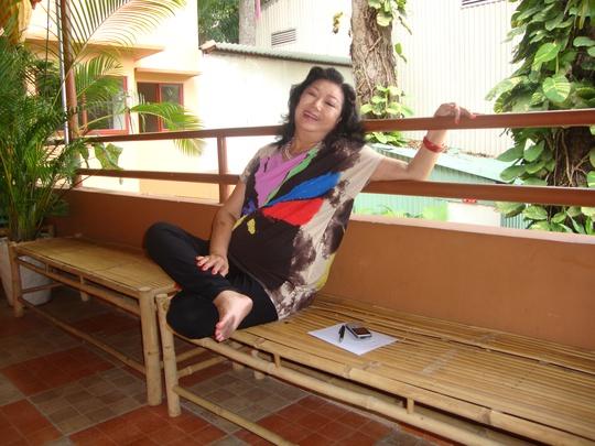 NSND Kim Cương đi tập vở Trà Hoa Nữ tại Nhà hát Nón lá Cung Văn hóa Lao Động TP HCM tháng 8-2013.