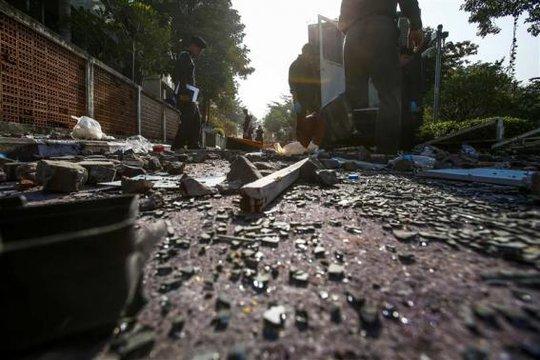 Cảnh sát điều tra hiện trường một vụ xung đột giữa người biểu tình và lực lượng an ninh ở Bangkok hôm 27-12. Ảnh: Reuters