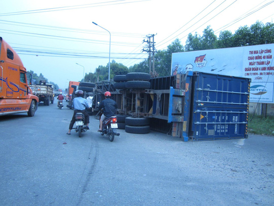 Container lật, tài xế kẹt cứng trong cabin