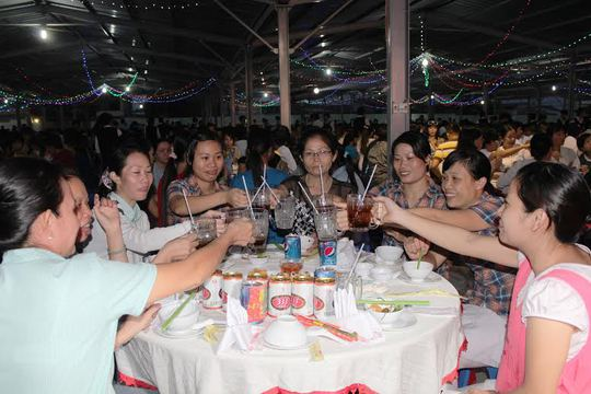 Công nhân vui vẻ dự tiệc tất niên