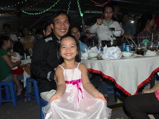 Cha con cùng dự tiệc tất niên
