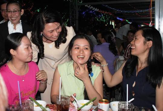 Bà Nguyễn Thị Thu, Chủ tịch LĐLĐ TP HCM (thứ hai từ trái sang) thăm hỏi công nhân Tổng công ty Việt Thắng