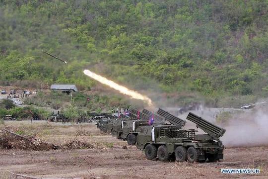 Cuộc tập trận bắn đạn pháo BM-21 hồi tháng 4-2013. Ảnh: News.cn