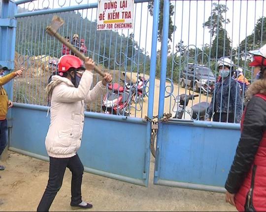 Các chủ nợ kéo đến bao vây, phá cổng Công ty vàng Phước Sơn ngày 26-12. Ảnh: P. Trọng