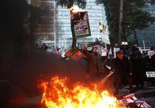 Biểu tình phản đối chuyến thăm đền Yasukuni của ông Abe tại Seoul - Hàn Quốc Ảnh: REUTERS