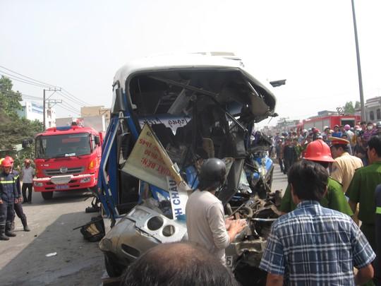 Chiếc xe khách bị bẹp dúm sau vụ tai nạn