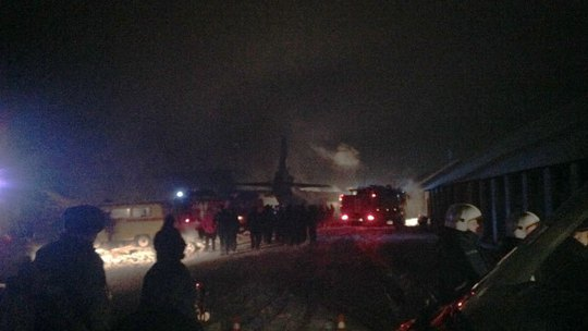 Emergency rescue workers arrive at the scene of the crash of an An-12 cargo plane near the Siberian city of Irkutsk on December 26, 2013. (Photo: 38.mchs.gov.ru)