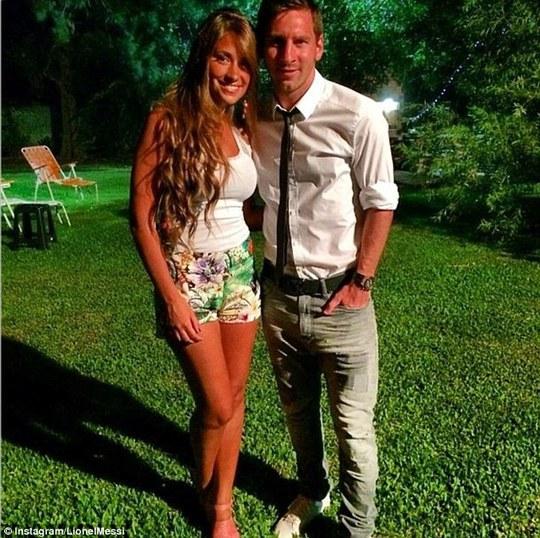 Messi và vợ Antonella Roccuzzo ở Rosario, Argentina