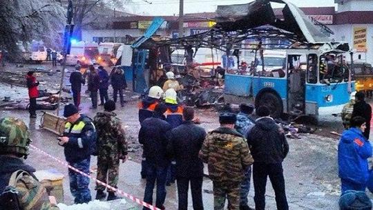 Chiếc xe tan tành còn thi thể nạn nhân vương vãi xung quanh. Ảnh: RIA Novosti