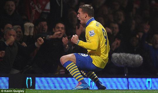 L. Podolski ăn mừng bàn thắng
