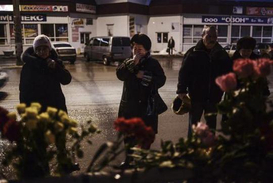 Người Nga thương tiếc các nạn nhân vụ đánh bom tự sát. Ảnh: Reuters