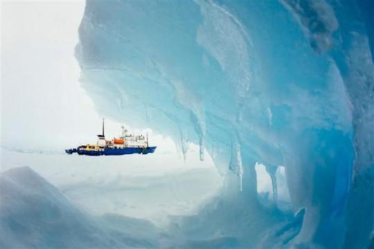 Những người mắc kẹt trên con tàu Akademik Shokalskiy tổ chức tiệc ấm cúng. Ảnh: Reuters