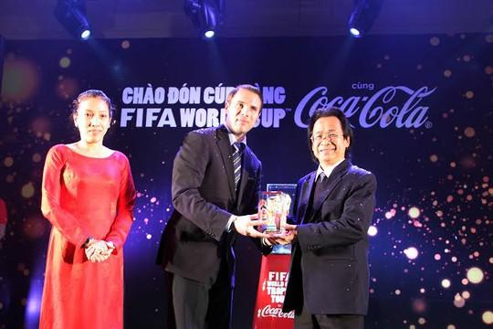 Phó Chủ tịch VFF Nguyễn Lân Trung (phải) và nhận cúp vàng từ nhà tài trợ