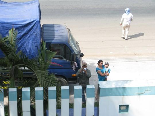 Từ ngày 19-12 đến nay chiếc tải này chở theo nhiều người đỗ trước cổng nhà anh H. để đòi 5,5 tỉ đồng