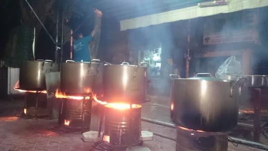 Từ 2 giờ sáng các anh đã dậy vo gạo nấu cháo ở một góc đường tại TP Quảng Ngãi