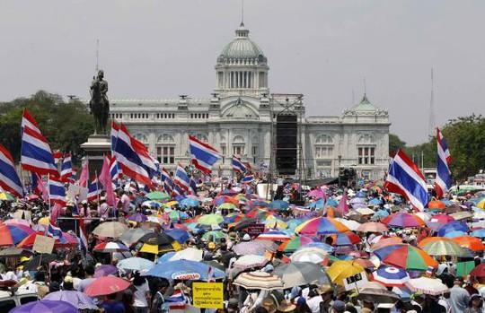 Khoảng 50.000 người biểu tình tuần hành ở Bangkok trước cuộc bỏ phiếu bầu Thượng viện Thái Lan sắp diễn ra ngày 30-3. Ảnh: Reuters