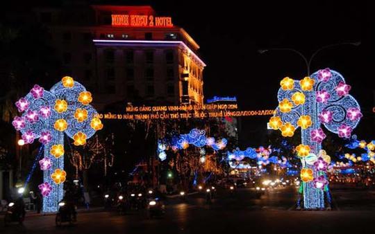 Đường đèn nghệ thuật lung linh sắc màu trên đường Hòa Bình, TP Cần Thơ