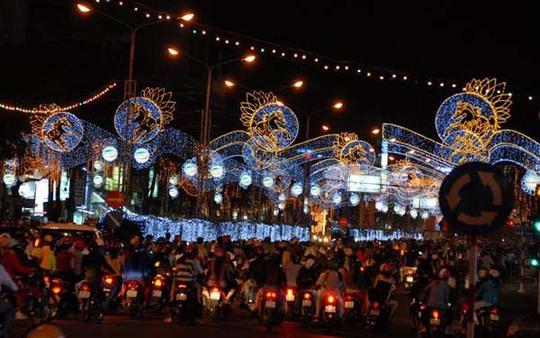 Người dân Tây Đô nô nức ra đường ngắm đèn hoa
