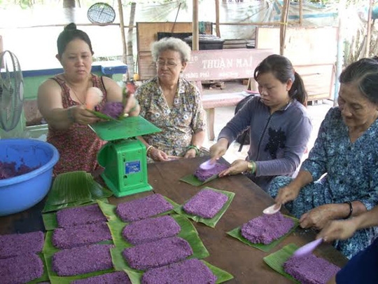 Phụ nữ khéo tay sẽ đảm nhận khâu gói bánh