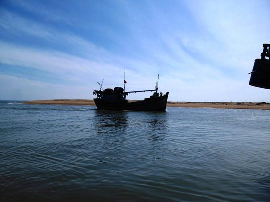 Một chiếc tàu câu cá ngừ đại dương trên đường về bến