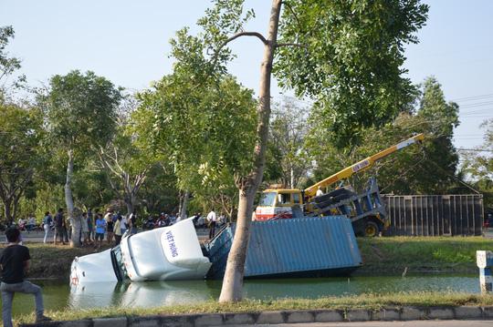 Hiện trường xe container lao xuống ao trên đại lộ
