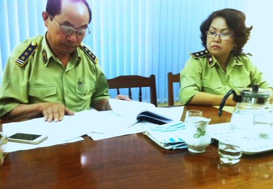 Ông Hoàng đang xem xét hồ sơ của bà Vũ Thị Thu Hương