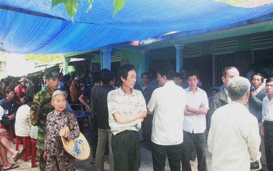 Rất đông bà con đến viếng đám tang ba mẹ con cô giáo