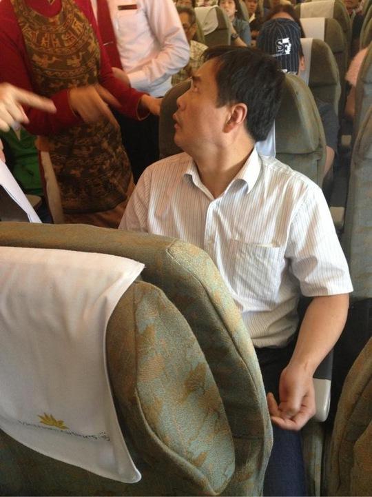 Hành khách người Trung Quốc thường xuyên thay đổi chỗ ngồi và lục soát các khoang hành lý trên máy bay.
