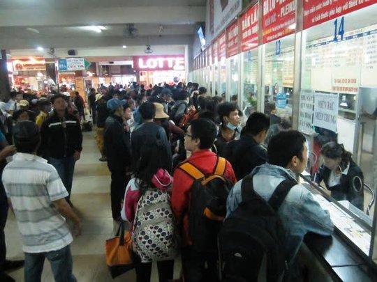 Đông nghẹt khách đến mua vé tại bến xe miền Đông chiều 29-4.