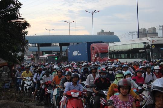 Các tuyến đường cửa ngõ thành phố chật kín người
