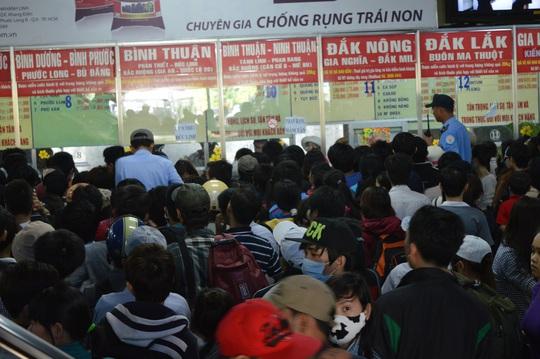 Hành khách chen lấn để mua vé
