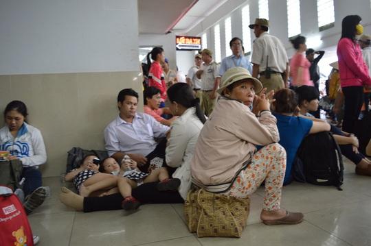 Hành khách vạ vật chờ mua vé